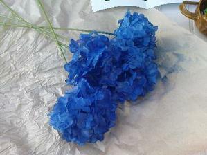 příprava na kytku - modré hortenzie - malé tajemství je že jsou umělé a nastříkané do barvy jakou potřebujem