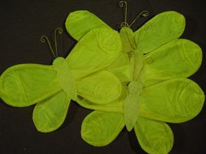 motýlci na dekoraci pergoly