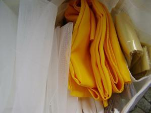 látky na šatičky: tyl na spodnici, podšívkovina, látka na šaty a bolerko, žlutá na stuhu a kravatu - ta zlatá je kravata koupena dřív - ta nebude