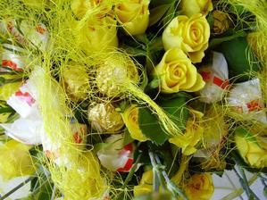 jak jinak než do žluta - hihi - ale 50 růží svázat aby to bylo ok - no docela jsem se navztekala