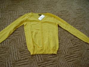 pořízen žlutý svetr přes šatičky na večer
