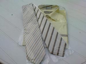 košile mají také stejné jen jedna už je rozbaléná - pak rozbalim tu druhou vyperu a vyžehlim - to budou frajeři.