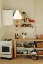 Improvizovana kuchyn v provozu, proto ty krabice, drateniste, atd.