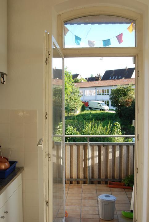 Reutlingen, faze druha - Kuk z kuchyne na balkon a na bioodpad, ktery se nekomu nechce vynaset :)