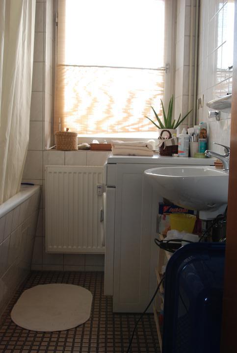 Reutlingen, faze treti - Koupelna... prevlada bila a smetanova + drevo/prouti