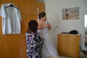 tchýně mi pomáhá do šatů