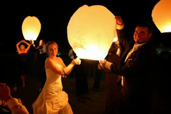 lampiony šťastia len počiarknu romantickú atmošku svadobného večera :)