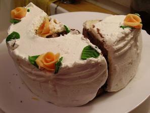 Takhle krásný a jako čerstvý byl náš svatební dortík po roce v mrazáku ;-)