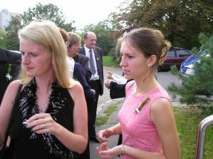 Svědkyně Janička (v černém) a kamarádka Ivča
