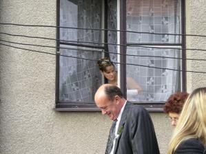 Tak tady koukám z okna, abych měla o všem přehled, ale aby mě ženich ještě neviděl :o)