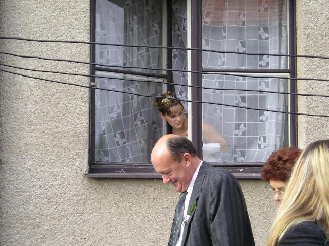 Iveta Kovářová{{_AND_}}Jan Dibelka - Tak tady koukám z okna, abych měla o všem přehled, ale aby mě ženich ještě neviděl :o)