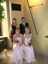 Mé sestry (obě nalevo), sestřenice (vpravo dole) a bratranec...všem to moc slušelo.