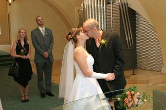 ...a tady už náš první novomanželský polibek :o)