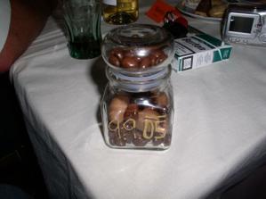 To je náš dáreček pro svatebčany...můj nápad, sestřin výtvor :o)) Bylo tam napsáno Iveta & Honza 9.9.05 ...a vevnitř jsou dobrůtky :o)