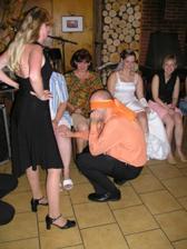 Tady musí ženich poznat nevěstu podle kolene (a potom soutěžili i ostatní chlapi)