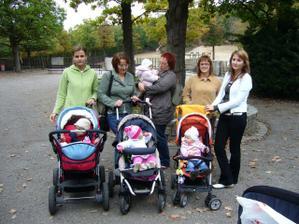 Mamčy, nemamčy a děti - Monča s Danýskem, Janka s vypůjčenou Kristýnou, Adasa s vypůjčenou Barunkou, já (tak nějak navíc :-D) a Myška s Nikolkou