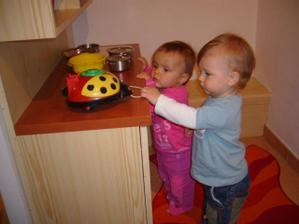 Děti v hracím koutku - Kristýnka a Daník spolu vaří :-)