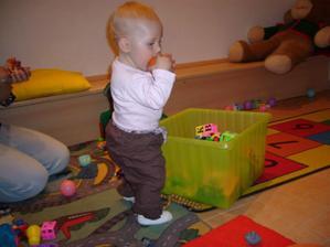 A tady si hraje Barča...míček je mňami :-)