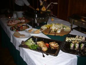 malá ukázka z večerního rautu, jak je vidět, hostům moc chutnal:-)