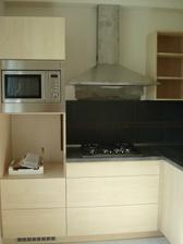 Nová kuchyň chybí úchytky a trouba