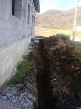 vykopany kanal na pripojku plynu a elektriky do domu