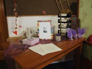 kniha hostů,krabice na přání,svícen, zbylé mandličky a samozřejmě knoflíčky