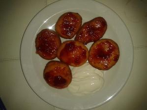 moje první koblížky s jahodovou marmeládou a zak. smetanou