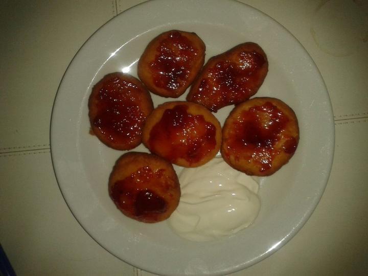 Peču a vařím :-) - moje první koblížky s jahodovou marmeládou a zak. smetanou
