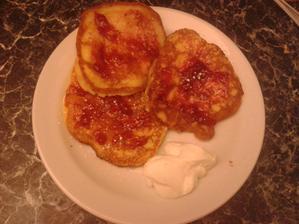 lívance s jahodovou marmeládou a zak.smetanou