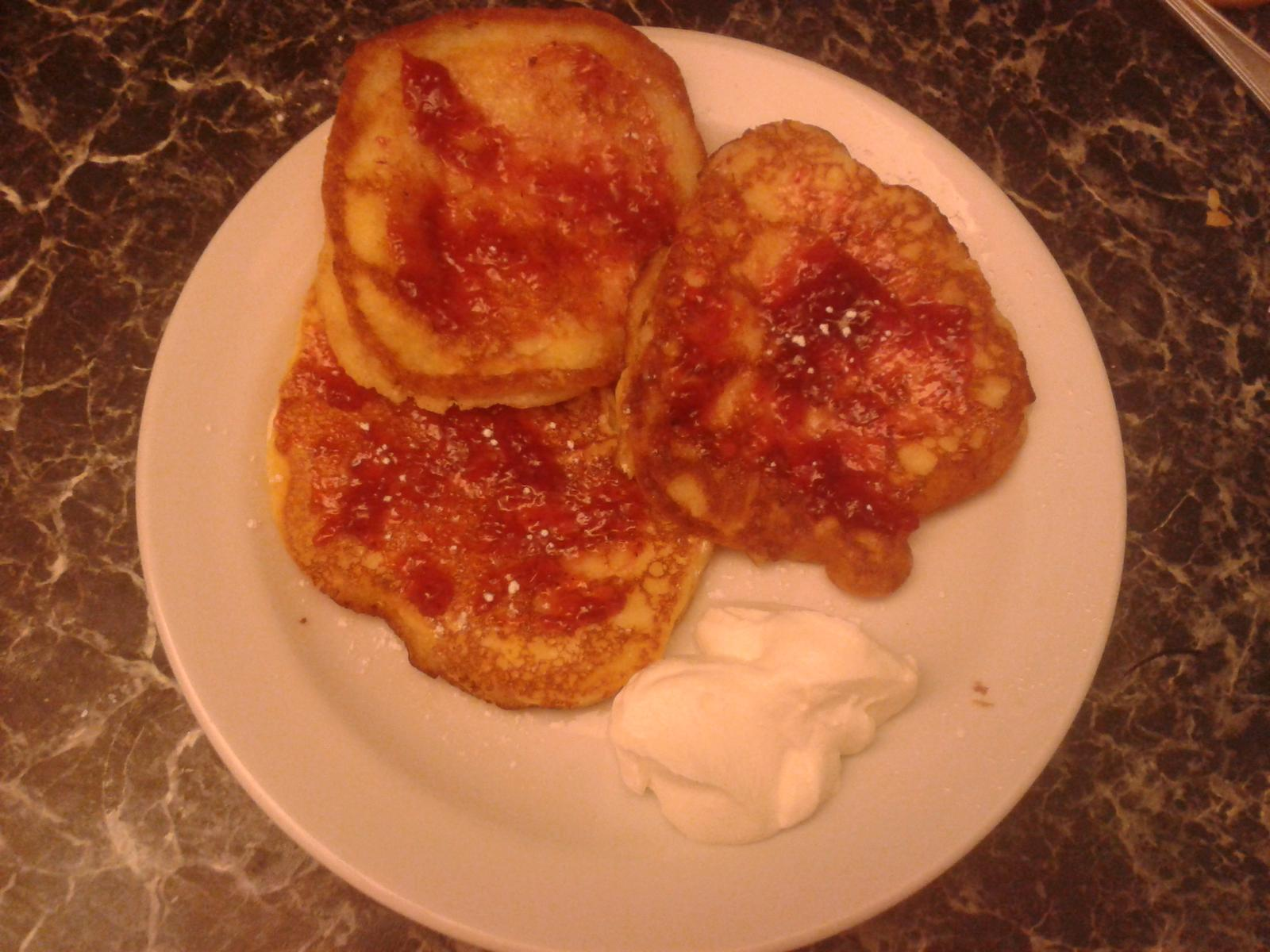Peču a vařím :-) - lívance s jahodovou marmeládou a zak.smetanou