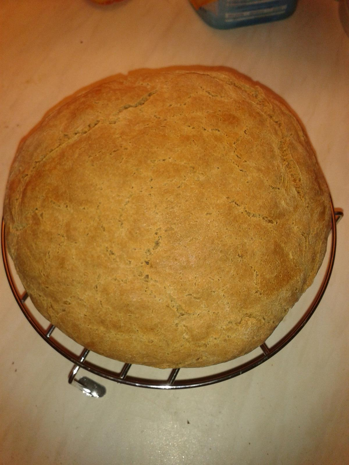 Peču a vařím :-) - můj první chleba, chutná líp než vypadá