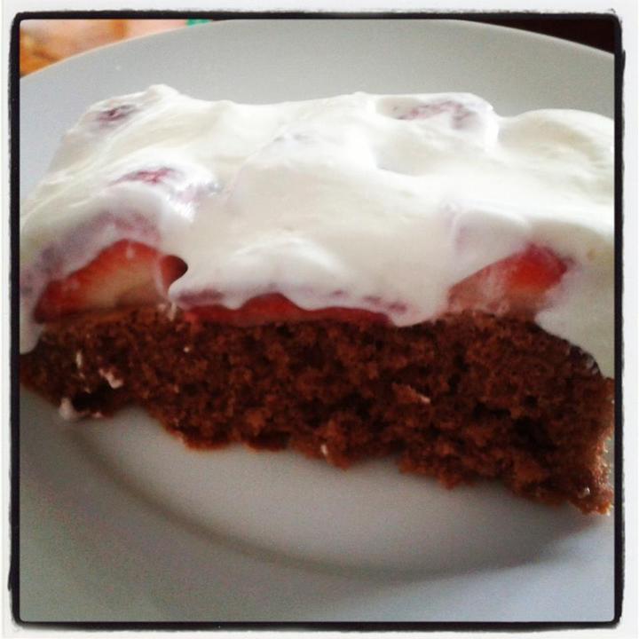 Peču a vařím :-) - čokoládový piškot, jahody, zak.smetana s tvarohem