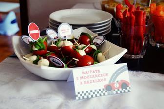mini rajčátka s mozzarelou a bazalkou