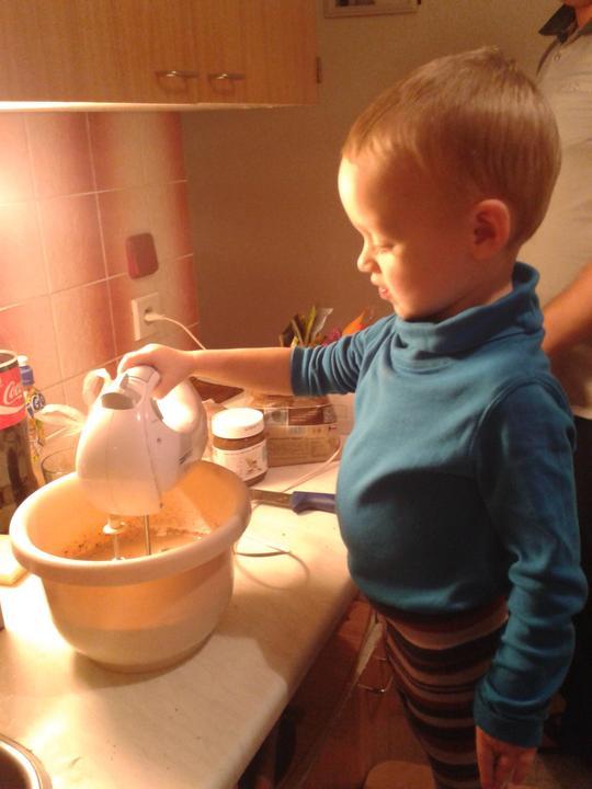 Peču a vařím :-) - můj pomocník...zrovna pekl čokoládovou buchtu s přídavkem nugety