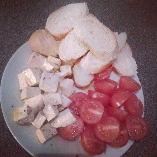 Peču a vařím :-) - milujeme kozí sýr z farmy naší kamarádky, rajčata a pečivo....aneb super večeře
