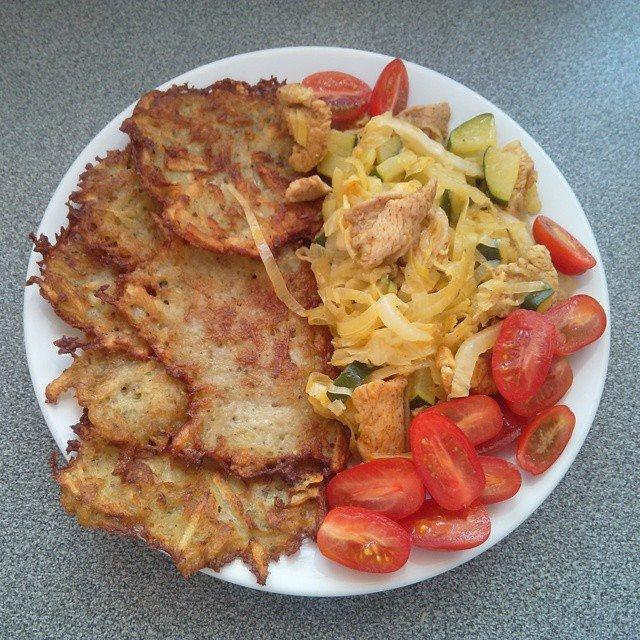 Peču a vařím :-) - bramboráky s kuř.masem (maso, čín.zelí, cuketa, pórek) a rajčátka na ozdobu