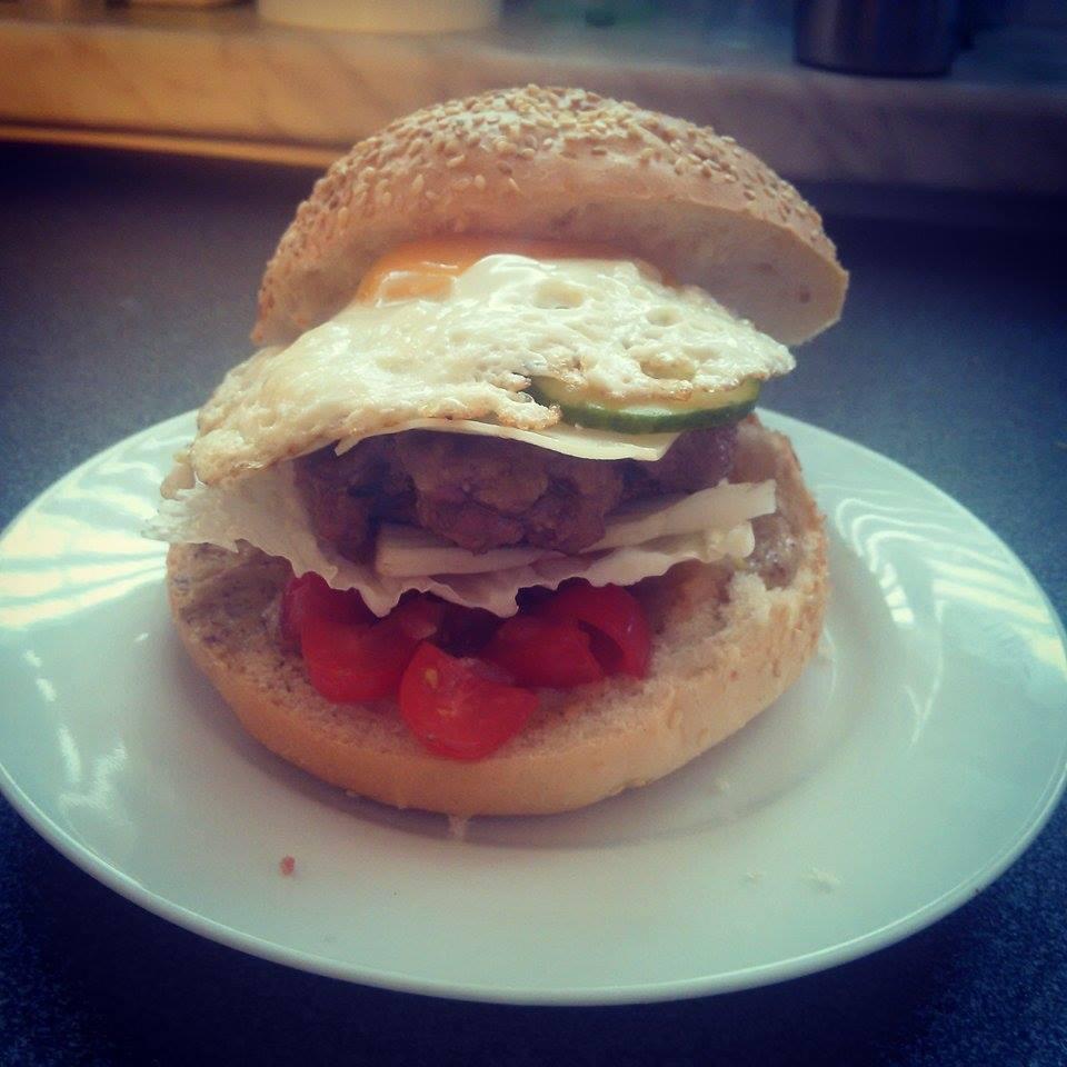 Peču a vařím :-) - domácí burgr (hořčice, směr rajčátek a cibule, zelí, maso, sýr, okurky a vejce)