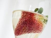 přípitek-růžový sekt s jahodou