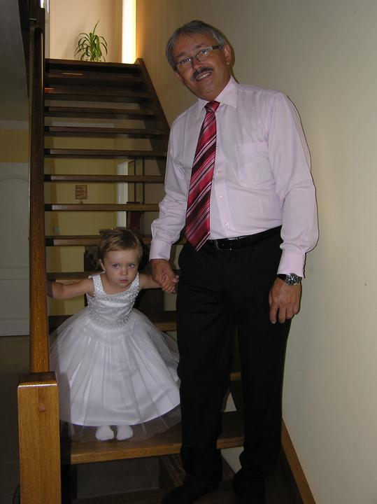 Olaj{{_AND_}}Petr - tatínek ženicha vede svoji vnučku a naši družičku Kačenku