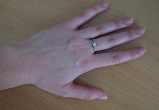 Tohle je můj zásnubní prstýnek.