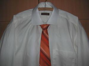 Detail košile s kravatou.