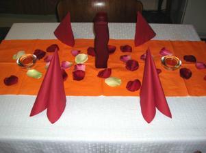 Některé drobnosti na výzdobu stolů už máme doma, oražový látkový pruh se teprve bude šít.