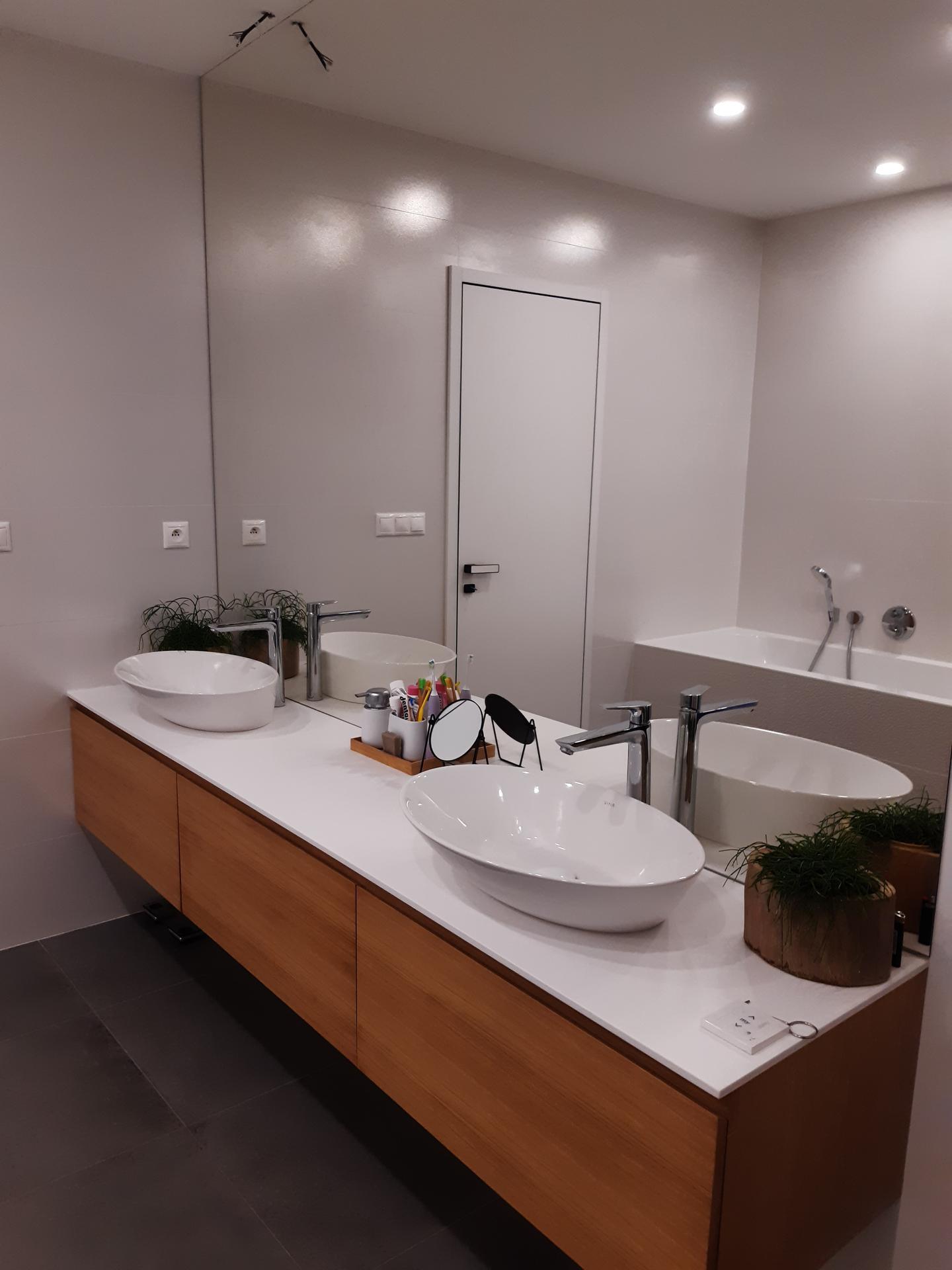 Koupelna v bílé, šedé a dřevě...barvy, které se prolínají celým domem. - Obrázek č. 1