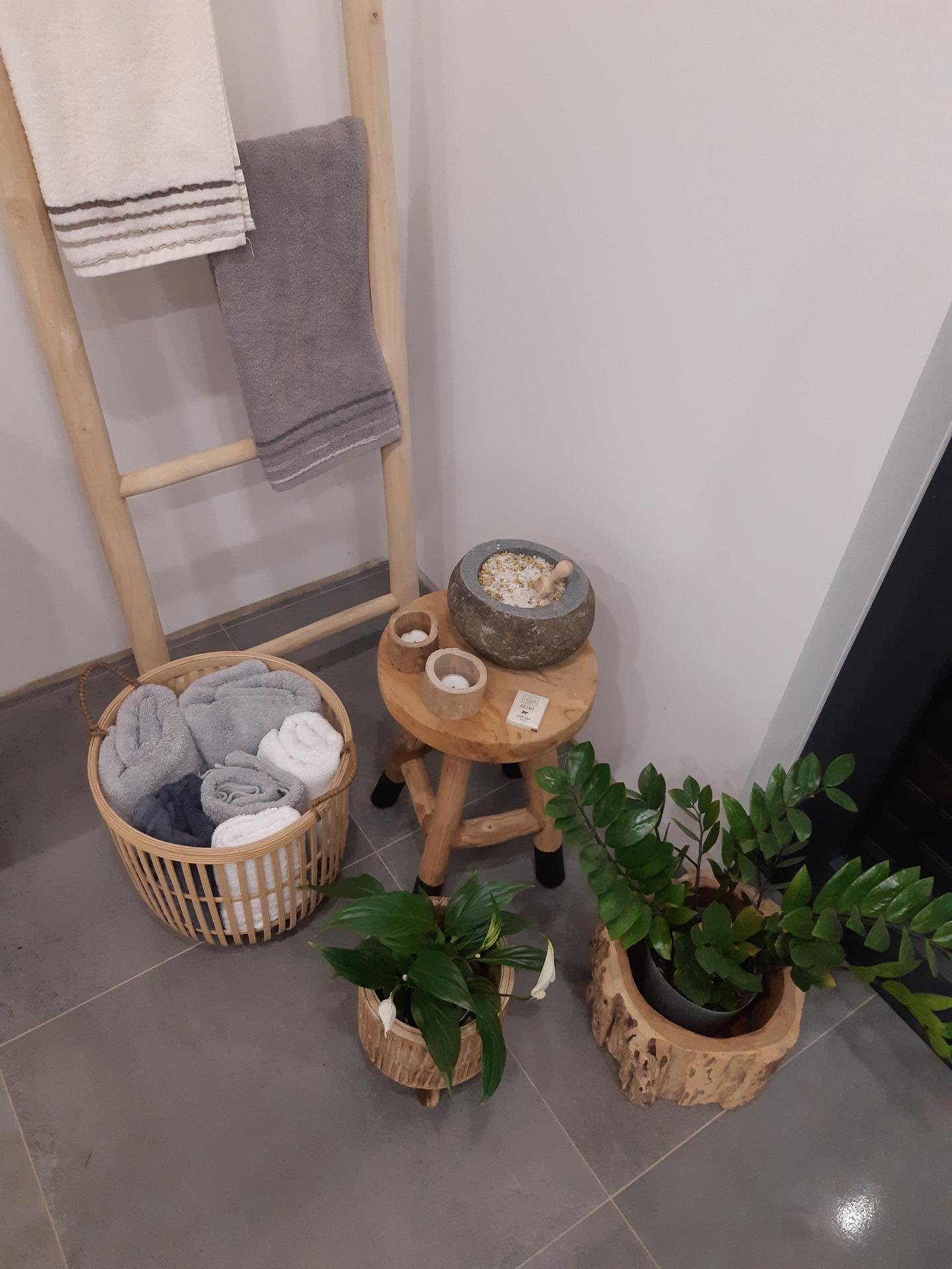 Koupelna v bílé, šedé a dřevě...barvy, které se prolínají celým domem. - Obrázek č. 2