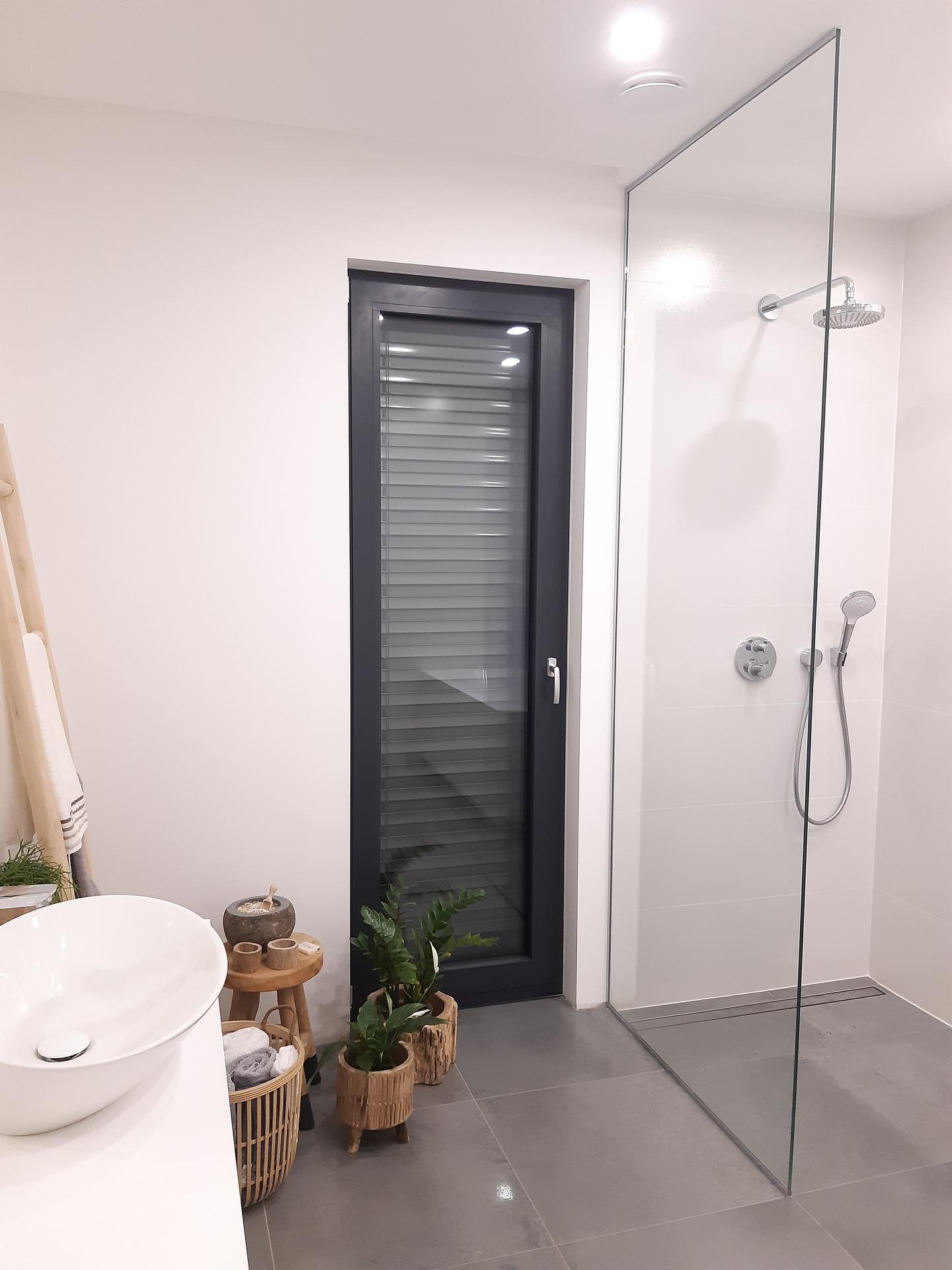 Koupelna v bílé, šedé a dřevě...barvy, které se prolínají celým domem. - Obrázek č. 3