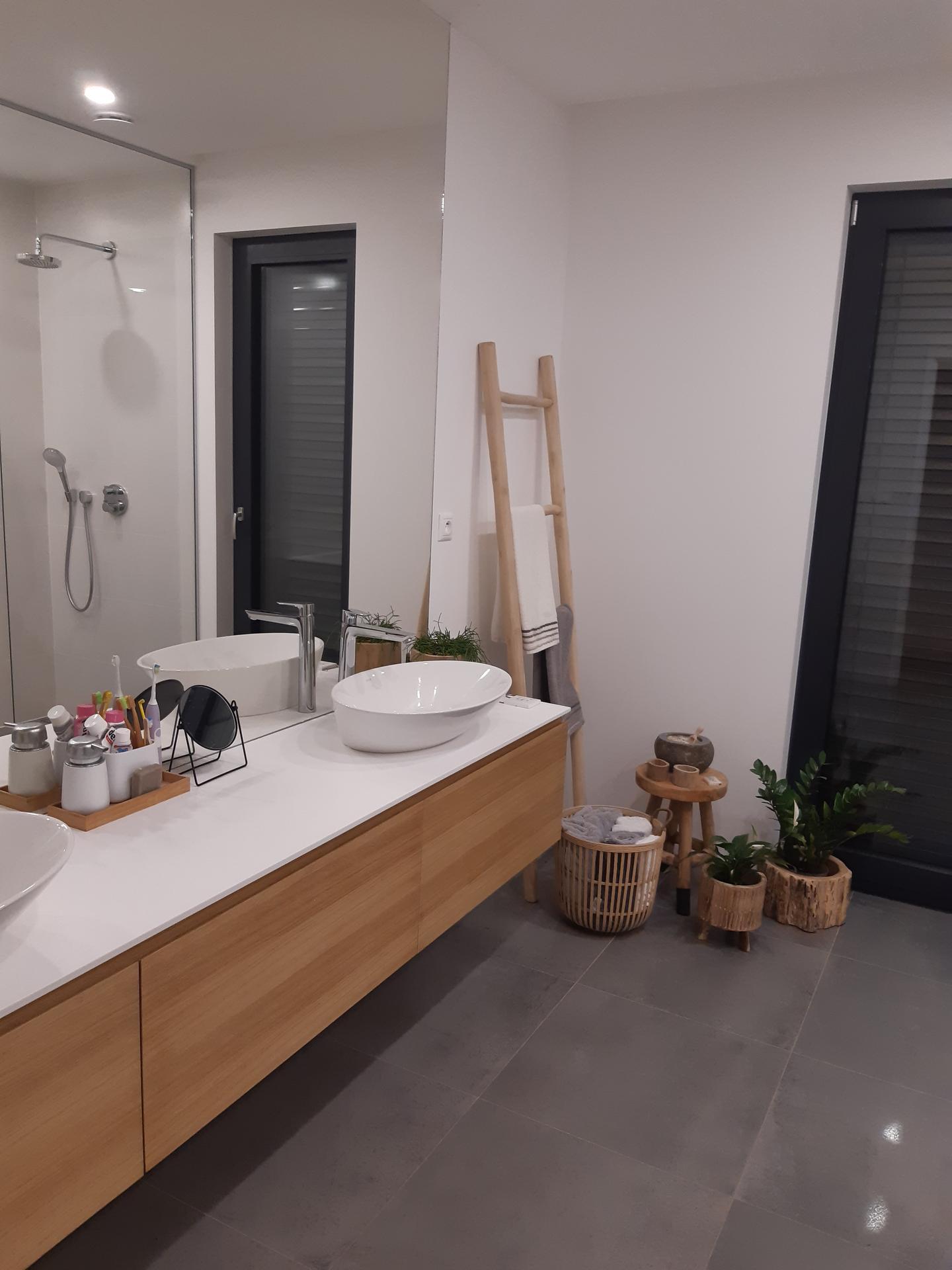 Koupelna v bílé, šedé a dřevě...barvy, které se prolínají celým domem. - Obrázek č. 4