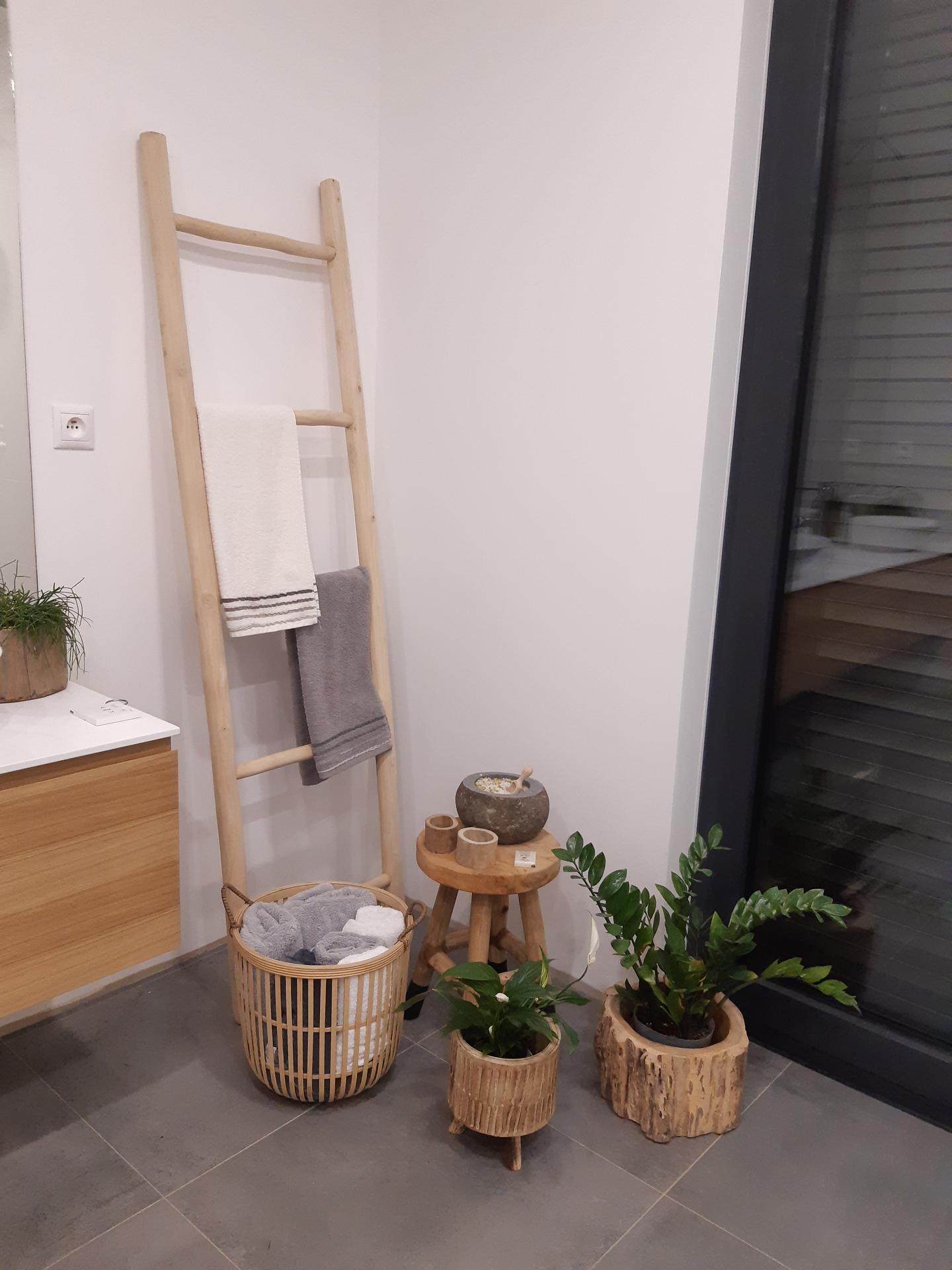 Koupelna v bílé, šedé a dřevě...barvy, které se prolínají celým domem. - Obrázek č. 5