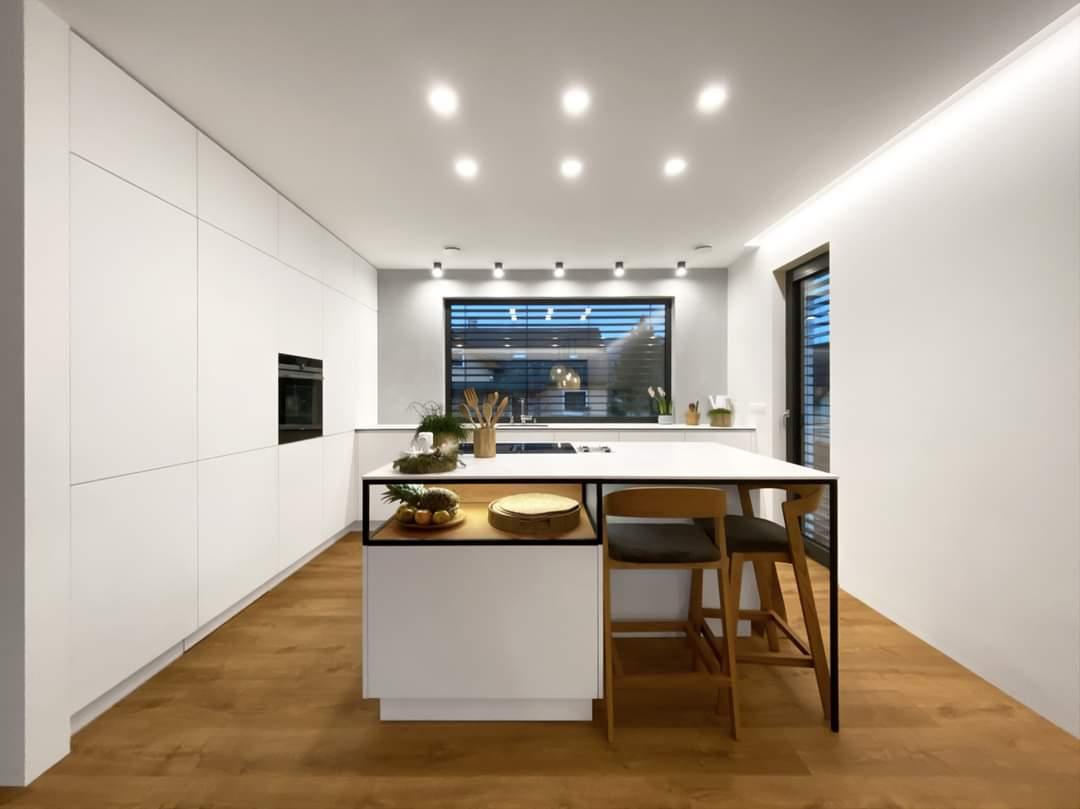 Bílá kuchyň v kombinaci s dubovou dýhou a se skrytou spíží. - Obrázek č. 1