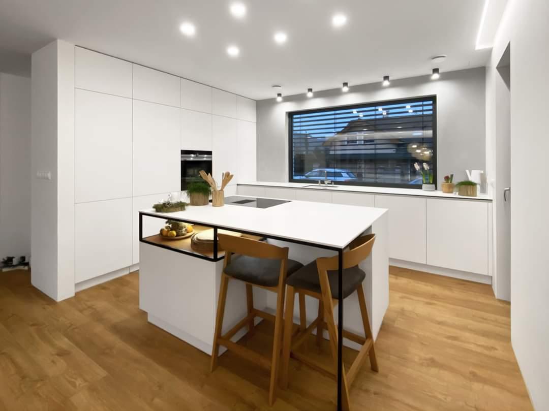 Bílá kuchyň v kombinaci s dubovou dýhou a se skrytou spíží. - Obrázek č. 2