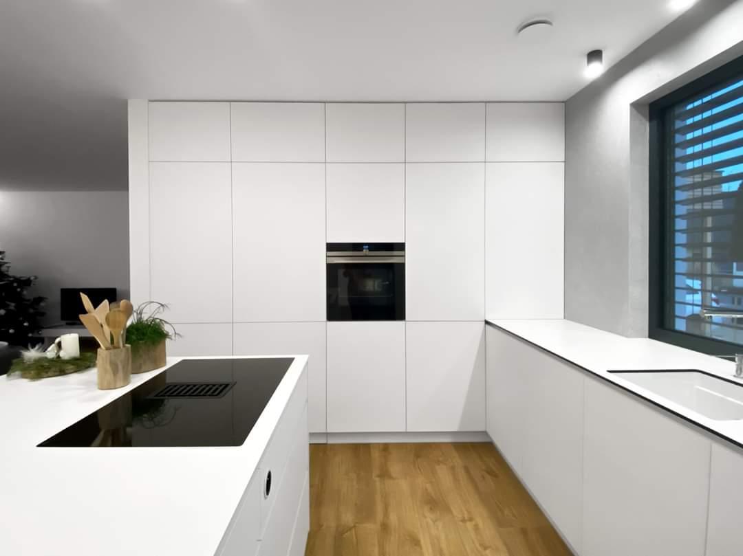 Bílá kuchyň v kombinaci s dubovou dýhou a se skrytou spíží. - Obrázek č. 3
